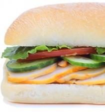 Сэндвич с курицей и жареным беконом
